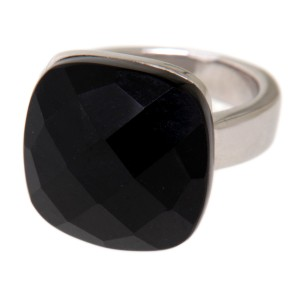 Stahlring mit einem schwarzen synthetischen Stein
