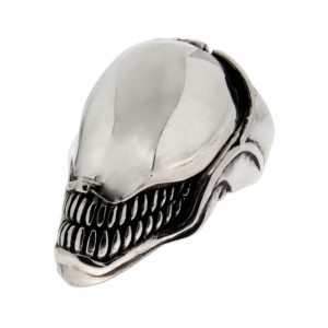 Schwerer Ring aus 925 Sterling Silber, oxidiert. Motiv Alien