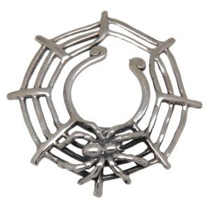 Brustclip aus 925 Sterling Silber mit krabbelnder Spinne in ihrem Netz