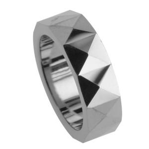 Ring aus Wolfram mit Pyramiden Design